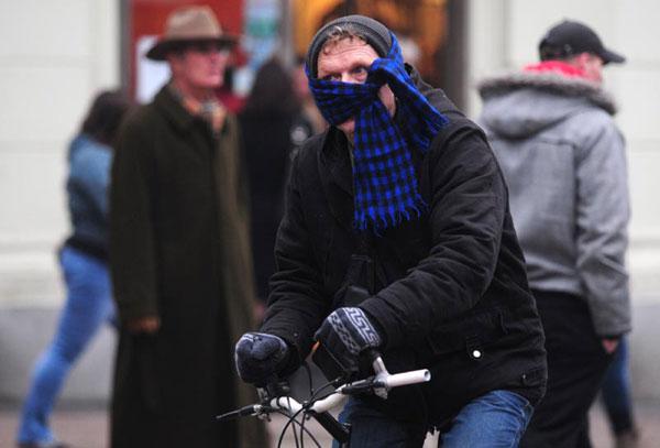 Biciklist lica zamotanog u šal (Foto: Mišo Lišanin /CROPIX)
