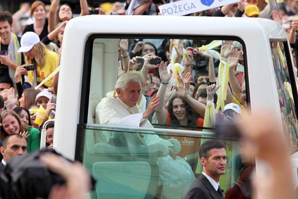 papa s mladima na Trgu (Foto: Saša Zinaja /Medijska mreža)
