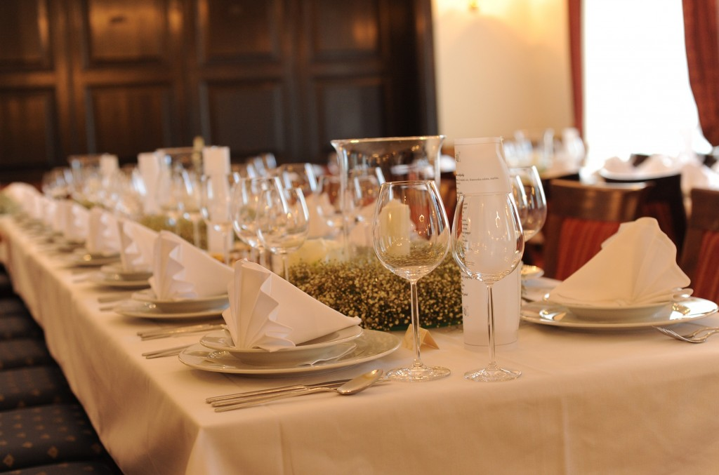 dvorac-mihanovic-plavi-salon-dekoracija-stola