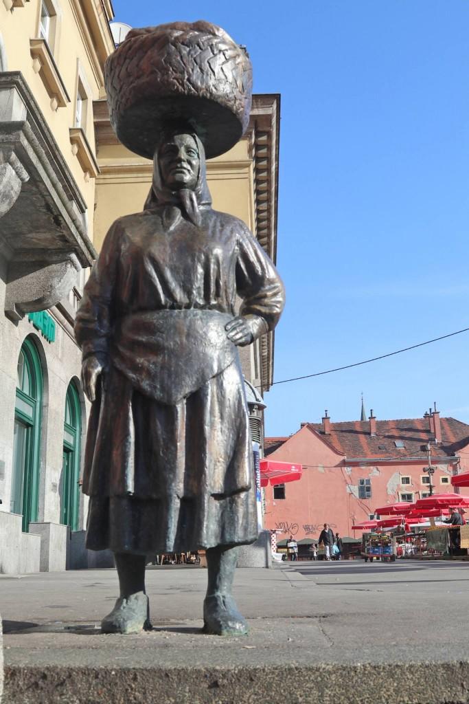 Kip Kumice Barice svojevrstan je simbol prodavačica (kumica) koje hranom opskrbljuju Zagrepčane i prodaju na Dolcu. Ime Barica odabrali su građani.