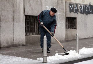 čišćenje pločnika (Foto: Saša Zinaja /Medijska mreže)