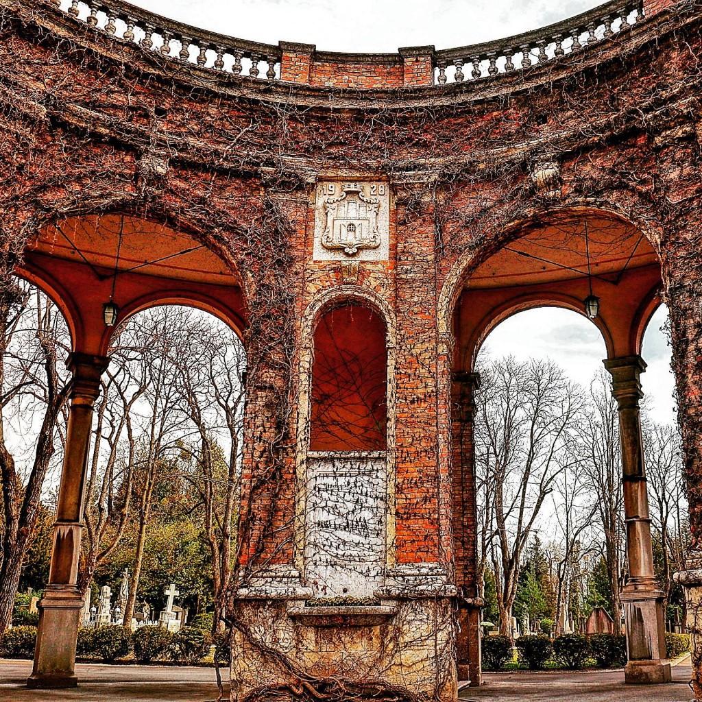 """Mirogoj, ne samo kao groblje, posljednje počivalište naših pokojnih nego kao i """"muzej na otvorenom"""" spremno dočekuje svoje posjetitelje očaravajući ih svojim mirom i ljepotom."""
